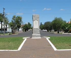 War Memorial and Heroes Avenue Roma - Accommodation Mount Tamborine